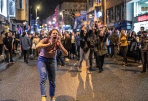 Apoiadores de Ekrem Imamoglu, eleito prefeito de Istambul, protestam contra ordem de realização de novo pleito Foto: BULENT KILIC 06-05-2019 / AFP
