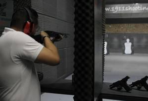 Praticante em clube de tiro no bairro de Santana, na Zona Norte de São Paulo Foto: Edilson Dantas / Agência O Globo