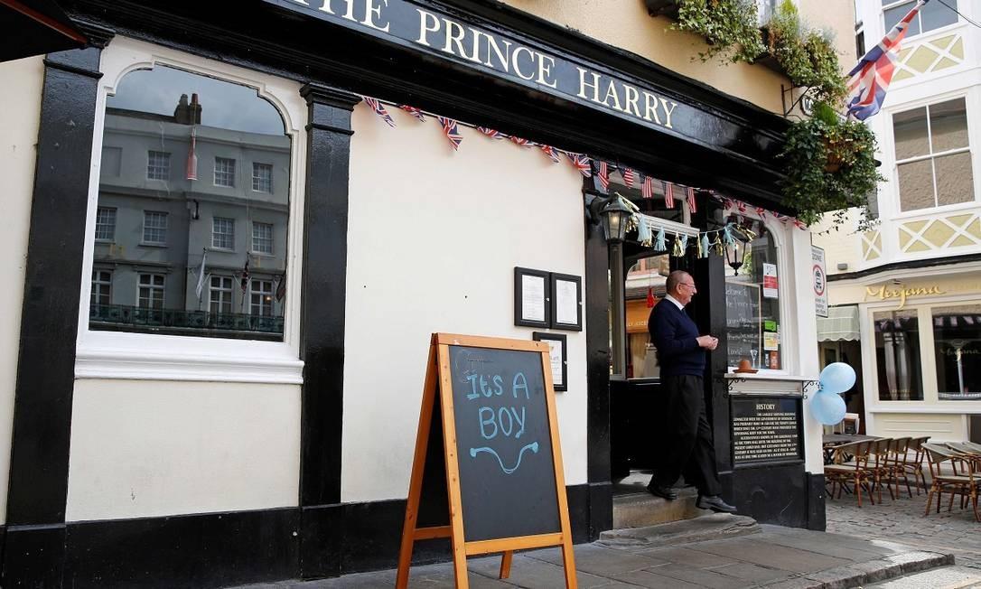 """A plaquinha com a frase """"É um menino"""" também foi colocada em frente ao pub The Prince Harry, perto do castelo de Windsor Foto: ADRIAN DENNIS / AFP"""