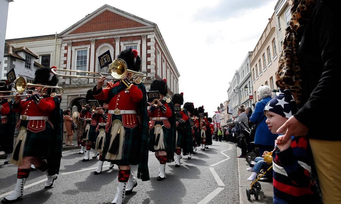 Banda do Regimento Real Escocês desfila pelas ruas de Windsor perto do castelo Foto: ADRIAN DENNIS / AFP