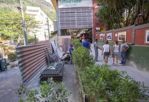 Operários trabalham na reforma da área interna da estação Cosme Velho do Trem do Corvocado Foto: Bruno Kaiuca / Agência O Globo