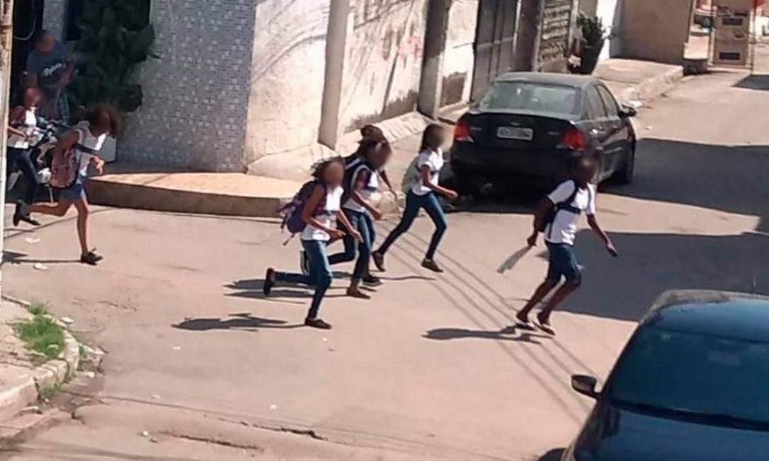 Estudantes correm para se proteger dos tiros no Complexo da Maré, RJ Foto: Reprodução