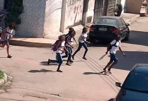 Estudantes correm para se proteger dos tiros no Complexo da Maré. Foto: Reprodução (06/05/2019)