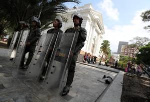 Integrantes das forças de segurança da Venezuela guardam a entrada da Assembleia Nacional em Caracas: líder da casa, Juan Guaidó foi apontado presidente interino do país e rechonhecido como tal por cerca de 50 nações Foto: IVAN ALVARADO/REUTERS