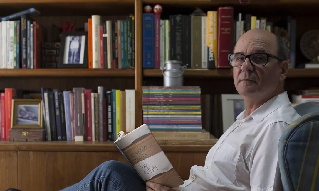 O escritor Luiz Ruffato em seu apartamento, em São Paulo Foto: Edilson Dantas / Agência O Globo