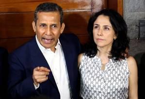 Imagem de arquivo mostra o ex-presidente do Peru Ollanta Humala (2011-2016) e sua esposa Nadine Heredia falando com jornalistas do lado de fora de sua residência em Lima: os dois foram acusados formalmente nesta terça no escândalo de corrupção envolvendo a empreiteira brasileira Odebrecht Foto: AFP/LUKA GONZALES/30-04-2018