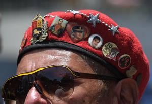 Manifestante em favor de Nicolás Maduro participa de protesto convocado pelo presidente em Caracas, na Venezuela Foto: YURI CORTEZ / AFP