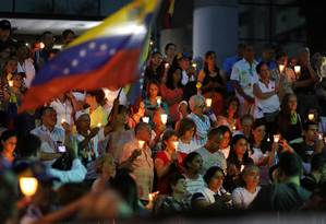 Venezuelanos fazem vigília à luz de velas para vítimas de violência recente em Caracas Foto: STRINGER / REUTERS