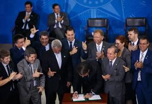 Bolsonaro assina decreto que flexibiliza aquisição e uso de armas e munições Foto: Daniel Marenco / Agência O Globo