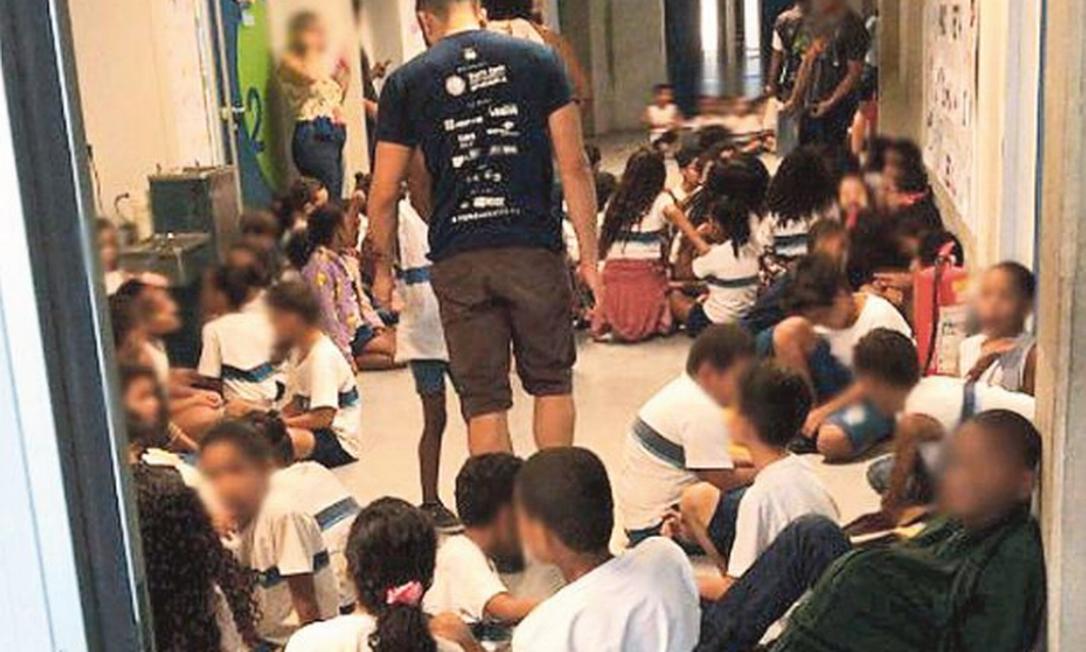 Medo na escola: Agrupados em corredor, alunos se protegem de tiroteio durante a operação da Core no complexo Foto: Reprodução