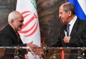 Chanceler iraniano, Mohammad Javad Zarif cumprimenta homólogo russo, Sergei Lavrov, após reunião em Moscou Foto: ALEXANDER NEMENOV 08-05-2019 / AFP