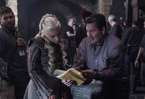 Diretor David Nutter orietando Emilia Clarke durante as gravações de 'Game of thrones' Foto: HBO / Divulgação