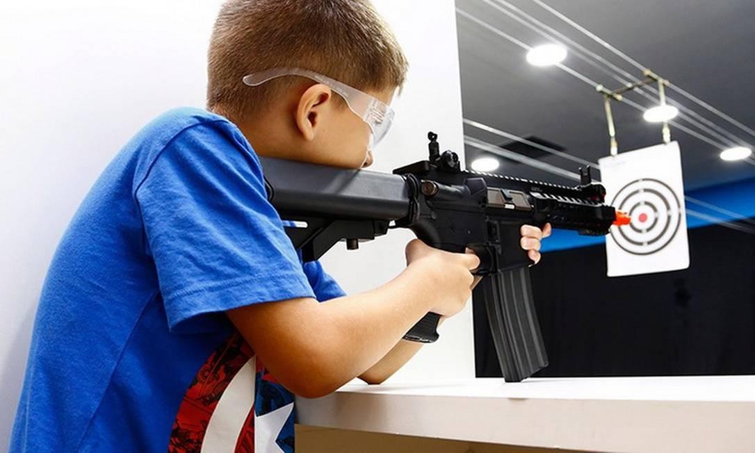 Menino pratica tiro com arma de airsoft, em shopping no Rio de Janeiro Foto: Uanderson Fernandes / Agência O Globo