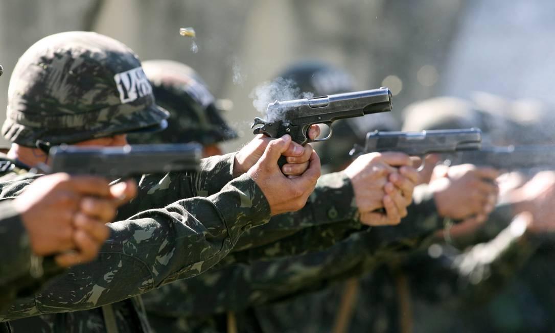 Treinamento do Exército com pistolas 9mm: armamento era considerado de uso restrito por Forças Armadas e policiais Foto: Marcelo Theobald / Agência O Globo