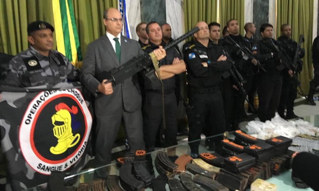 No Palácio Guanabara, o governador Wilson Witzel posa empunhando arma apreendida pelo Batalhão de Choque Foto: Reprodução