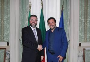 Vice-primeiro-ministro da Itália, Matteo Salvini, em encontr com o chanceler brasileiro Ernesto Araújo Foto: Reprodução/Twitter