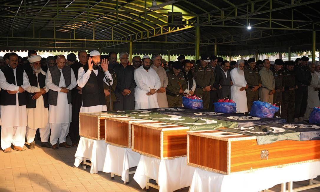 Policiais paquistaneses oferecem orações fúnebres para seus colegas assassinados em uma explosão suicida em Lahor Foto: ALI MURTAZA / AFP