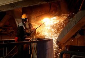 Funcionário trabalha na fábrica da Alloy Steel Company, na cidade de Yazd, na região central iraniana Foto: ATTA KENARE / AFP