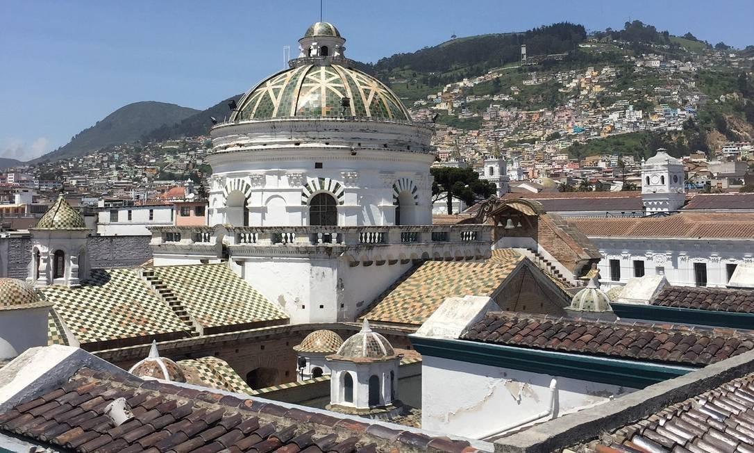 Vista do alto da Catedral Metropolitana de Quito cercada pelo casario colonial do centro histórico Foto: Marcelo Balbio / O Globo