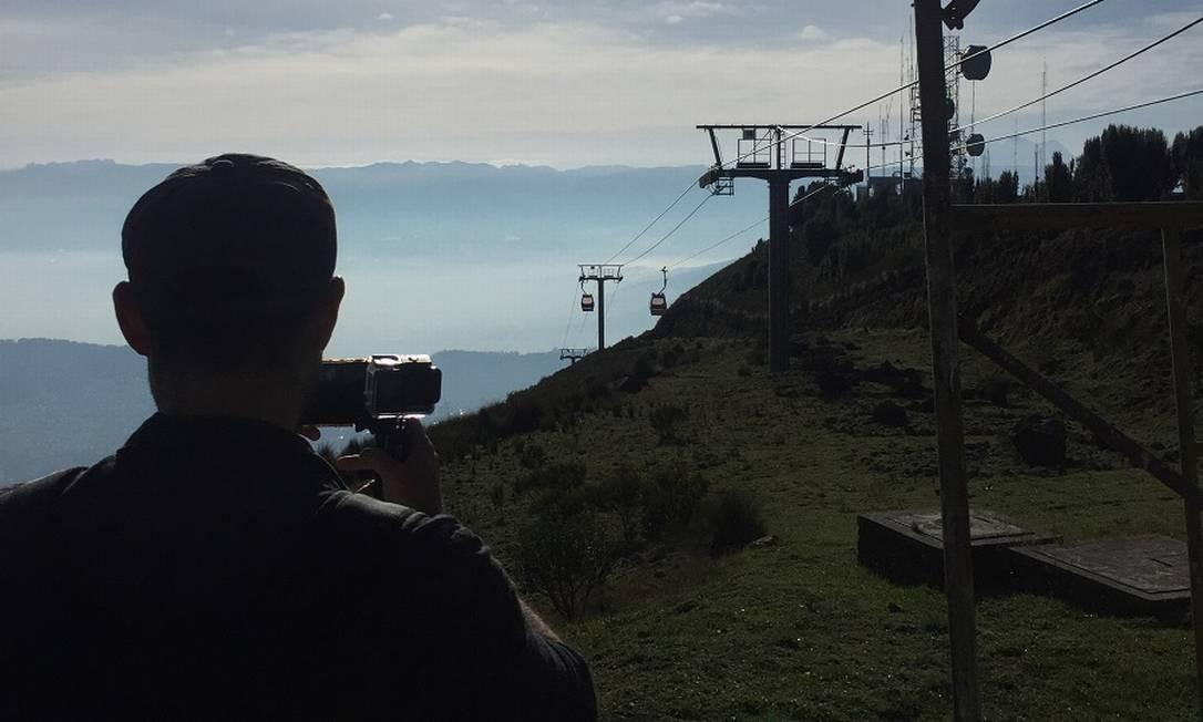 Visitante registra vaivém de cabines do teleférico a 4.053 metros acima do nível do mar, nos arredores de Quito Foto: Marcelo Balbio / O Globo