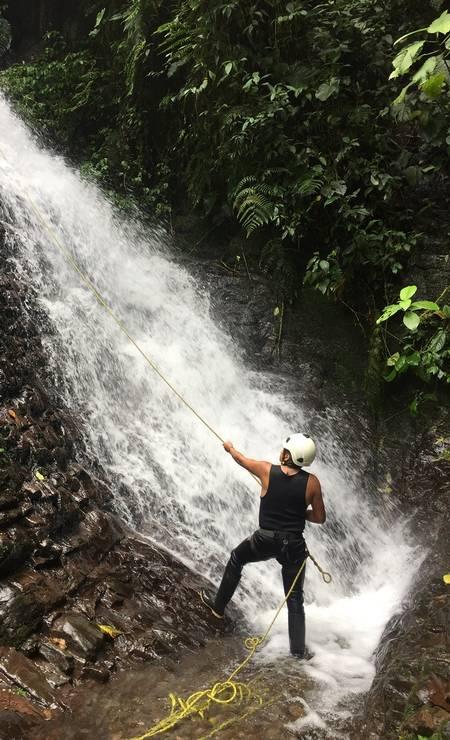 Guia controla cordas para turista que desce de rapel na Reserva El Pahuma, perto de Quito Foto: Marcelo Balbio / O Globo