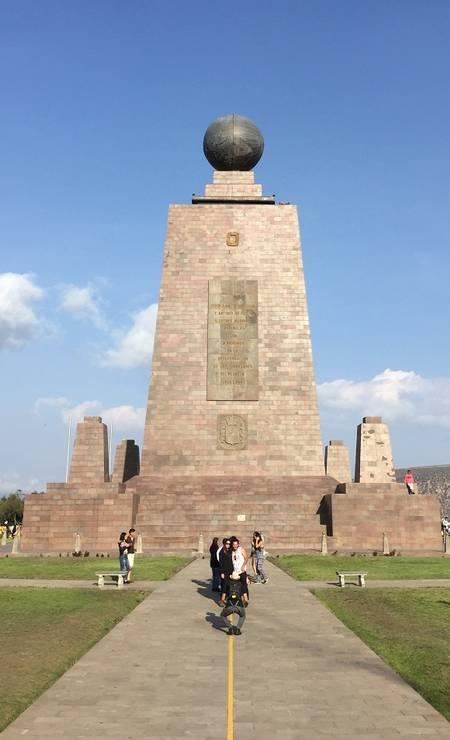 """Monumento marca a latitude 0°0'0"""" na Ciudad Mitad del Mundo, atração popular para quem visita Quito Foto: Marcelo Balbio / O Globo"""