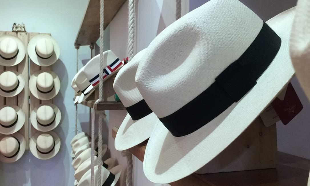 O chapéu panamá, que é originário do Equador, é um sucesso nas lojas do centro de Quito Foto: Marcelo Balbio / O Globo