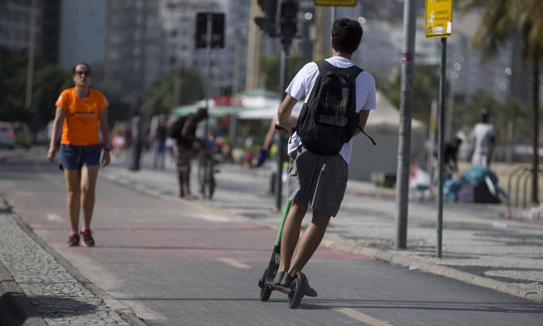 Usuário faz zigue-zague com patinete na orla de Copacabana Foto: Márcia Foletto / Agência O Globo