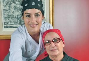 A chef Heaven Delhaye (de pé) e a mãe, Marie Jeanne Juliette, no Chez Heaven Bistrot Foto: Divulgação/ Rio Art Com