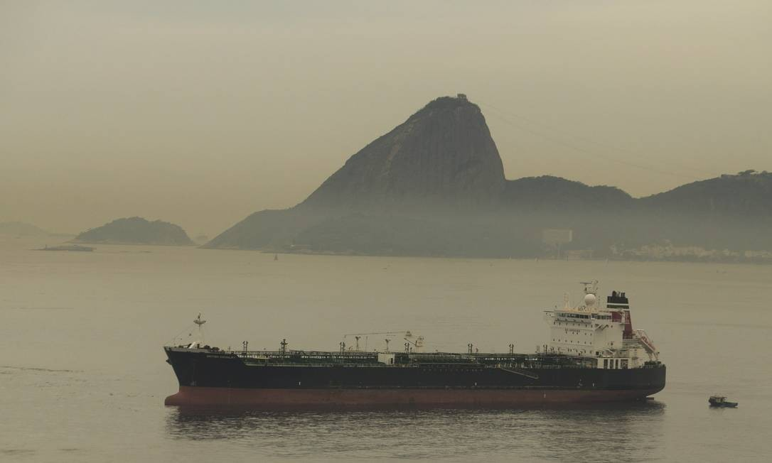 Embarcação faz transporte no Rio de Janeiro Foto: Antônio Scorza / Agência O Globo
