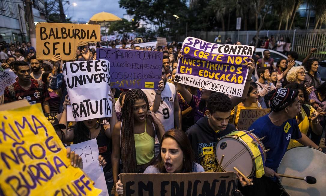 Manifestação de alunos da UFF, em Niterói, contra o bloqueio de verbas na educação Foto: Guito Moreto / Agência O Globo