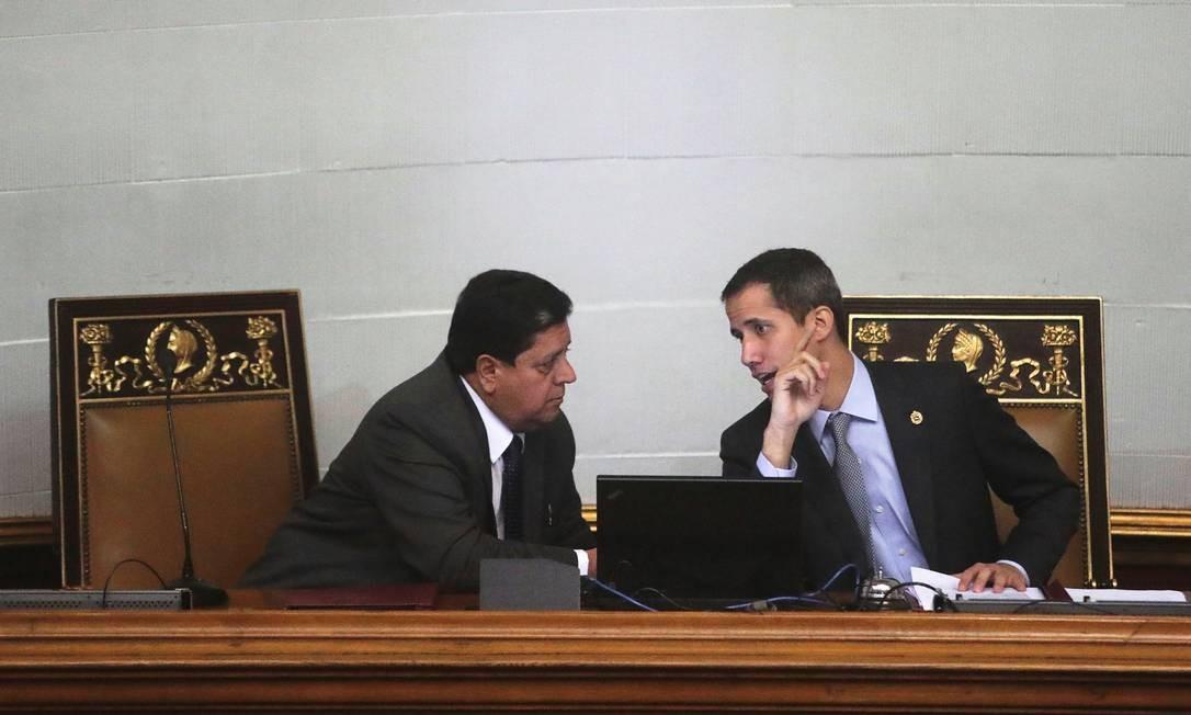 Zambrano e Guaidó conversam em recente sessão da Assembleia Nacional da Venezuela: vice-presidente da Casa foi preso nesta quarta Foto: IVAN ALVARADO/REUTERS/06-03-2019