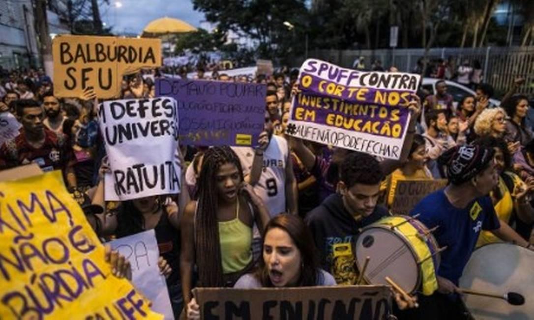 Estudantes da UFF protestam contra corte de verbas para o ensino superior Foto: Pablo Jacob