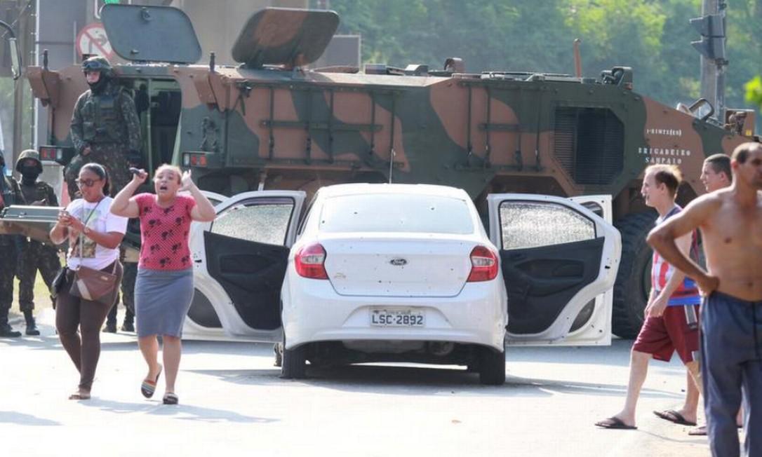Parentes de Evaldo se desesperam após carro ter sido atacado por militares: veículo foi atingido por 83 tiros Foto: José Lucena / Futura Press