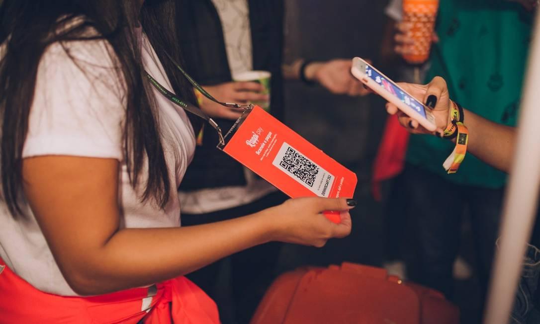 Demonstração de pagamento por meio de aplicativo do Rappi com código de barras: empresa de entregas investe em serviços financeiros próprios, dispensando cartões dos bancos. Foto: Divulgação / Agência O Globo