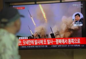 Pessoas assistem na televisão a vídeos de lançamento de projéteis da Coreia do Norte, em Seul Foto: JUNG YEON-JE 09-05-2019 / AFP
