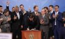 Jair Bolsonaro assina o Decreto que dispõe sobre a aquisição, o cadastro, o registro, a posse, o porte e a comercialização de armas Foto: Marcos Corrêa/PR