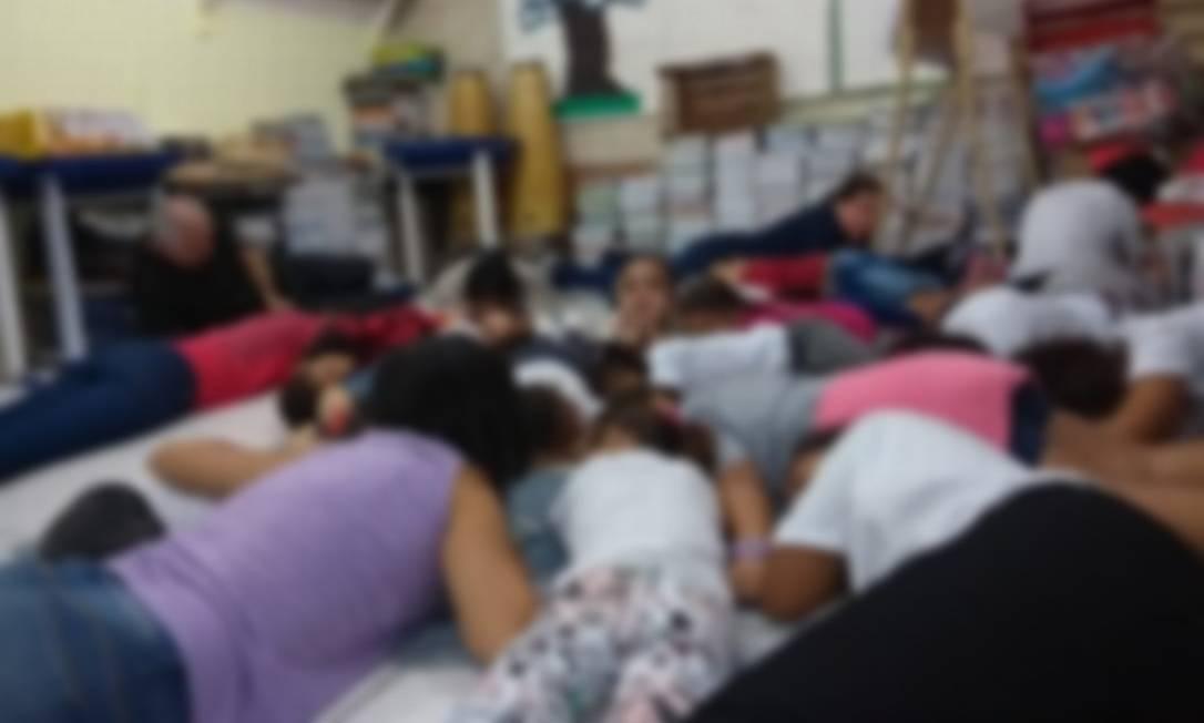 Alunos e funcionários de uma escola em Sapinhatuba no chão da unidade Foto: OTT-RJ / Reprodução