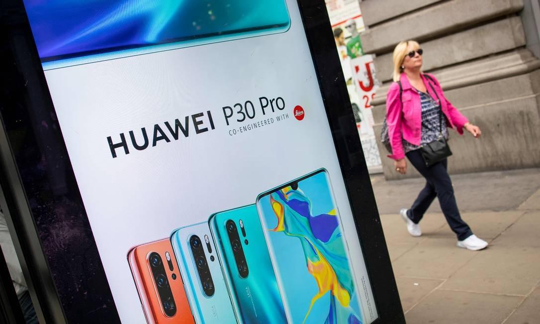 O Huawei P30 Pro tem sistema de quatro sensores desenvolvido pela Leica Foto: TOLGA AKMEN / AFP
