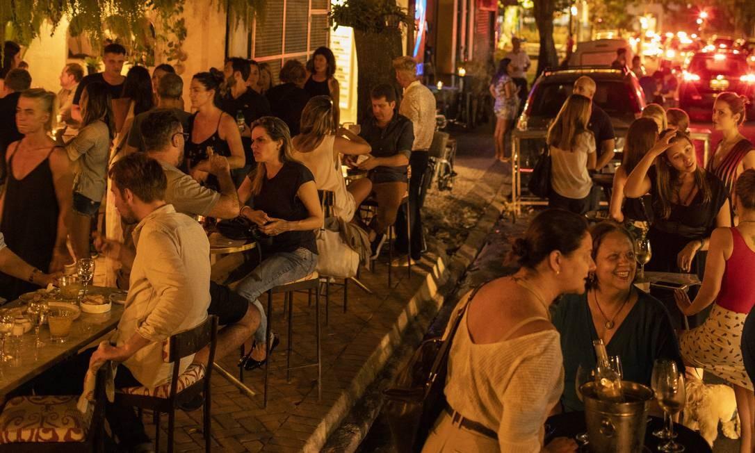 Conhecida por abrigar bons restaurantes, a Dias Ferreira, no Leblon, rejuvenesce e ganha mais bares arrumadinhos, que convivem em harmonia com tradicionais botequins Foto: GABRIEL MONTEIRO / Agência O Globo
