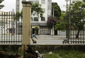 Na Rua Visconde de Santa Isabel, em Vila Isabel, o gradil do antigo zoológico teve parte do ferro roubado Foto: Gabriel de Paiva / Agência O Globo
