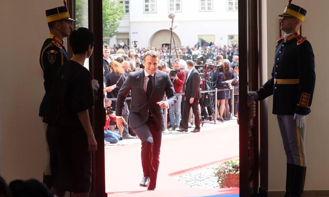 O presidente francês, Emmanuel Macron, chega para uma sessão de trabalho durante uma cúpula da União Europeia, em Sibiu, centro da Romênia. Líderes da UE se reuniram para traçar um curso de cooperação política na esteira da iminente saída do Reino Unido do bloco Foto: LUDOVIC MARIN / AFP