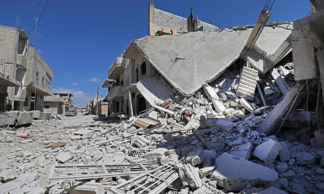 Escombros após um bombardeio na cidade de Khan Sheikhun, no interior do sul da província de Idlib, controlada pelos rebeldes, na Síria. Forças do governo sírio reconquistaram uma cidade do noroeste da qual jihadistas e rebeldes aliados lançaram foguetes na principal base aérea de seu aliado russo. Foto: OMAR HAJ KADOUR / AFP