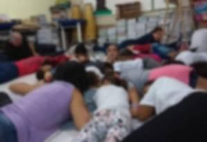 Alunos e funcionários de uma escola em Sapinhatuba no chão da unidade Foto: Reprodução