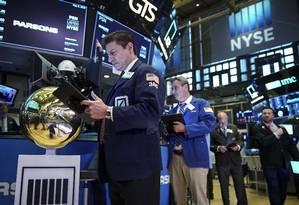 Corretores em Wall Street: táticas mais maduras em aberturas de capital de empresas de internet. Foto: Drew Angerer / AFP