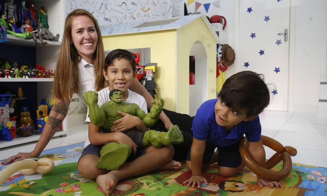 """Diversão. Flavia, mãe de Alan (de branco) criou um espaço em que pais, como os de Lucas, podem deixar os filhos enquanto aproveitam horinhas de """"folga"""" Foto: Fábio Guimarães / Agência O Globo"""