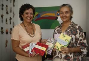 Memória. Lucia (à esquerda) e Maria Rita mostram o livro com algumas opções de capa Foto: Fábio Guimarães / fábio guimarães