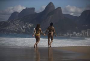 Sol entre nuvens e temperatura agradável se tornaram um convite para que cariocas e turistas fossem à praia nesta quinta-feira Foto: Márcia Foletto / Agência O Globo
