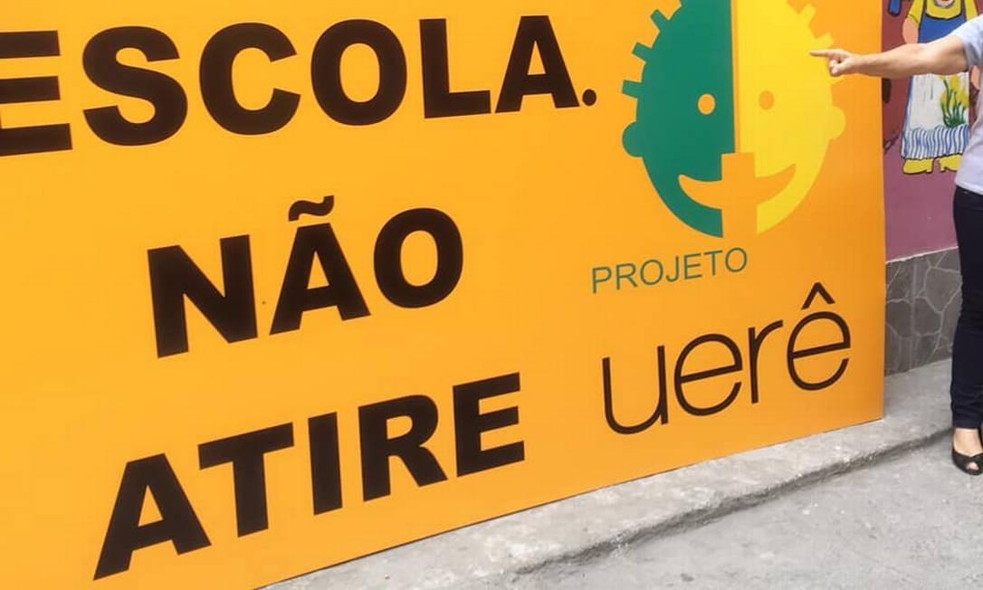 A placa instalada no projeto Uerê Foto: Facebook / Reprodução