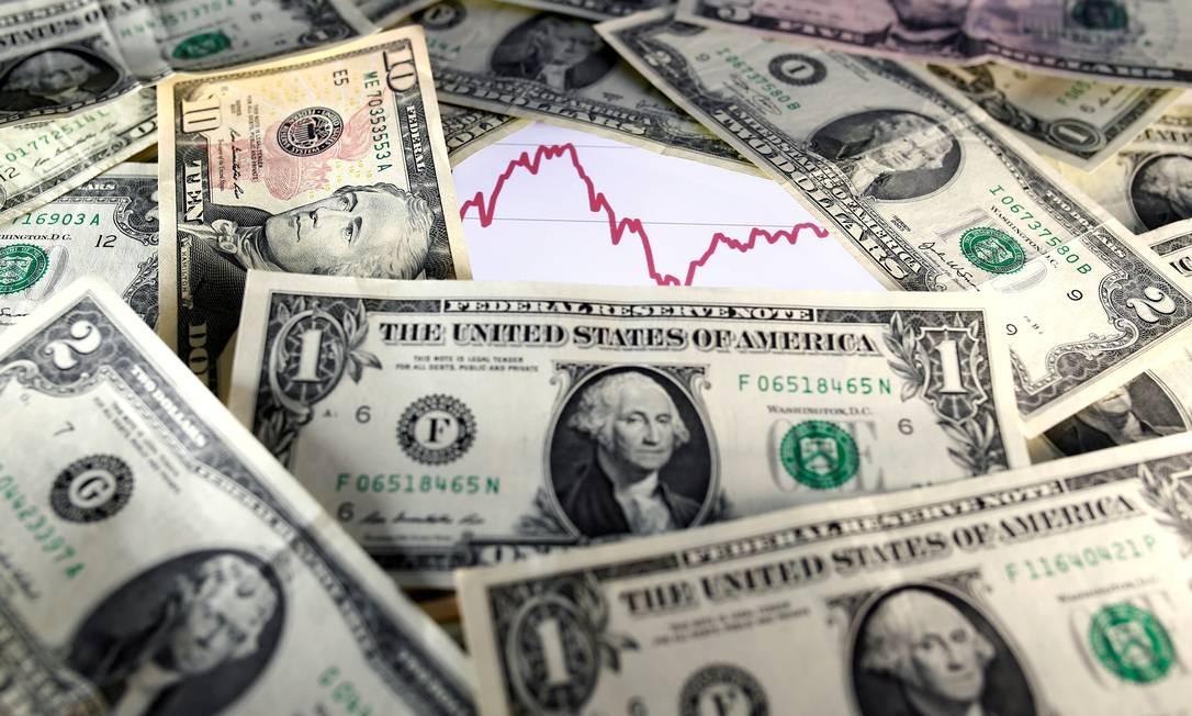 Cédulas de dólar, a moeda oficial dos EUA Foto: Dado Ruvic / Reuters